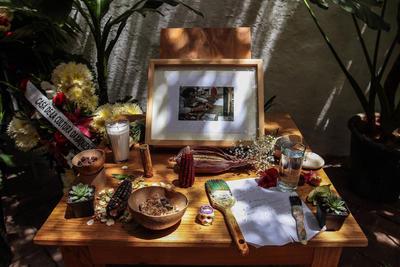 Homenaje y ofrendas a Francisco Toledo en el Instituto de Artes Gráficas en Oaxaca.