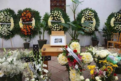 En el Instituto de Artes Gráficas de Oaxaca (IAGO) se montó una ofrenda floral en honor al artista Francisco Toledo, fallecido el jueves a los 79 años de edad. El IAGO fue fundado por Toledo en 1988.