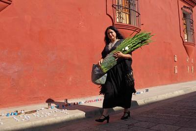 Alejandra Frausto, secretaria de Cultura, llevó una ofrenda florar al Instituto de Artes Gráficas de Oaxaca (IAGO) para rendir homenaje al artista Francisco Toledo.