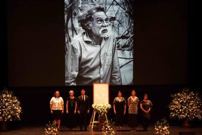 Alejandra Frausto, secretaria de Cultura, y Alejandro Murat, gobernador de Oaxaca, encabezan la guardia de honor en el Teatro Macedonio Alcalá en honor al artista Francisco Toledo, fallecido el jueves a los 79 años.