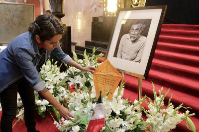 Múltiples muestras de afecto y respeto al maestro Francisco Toledo durante su homenaje en Bellas Artes.