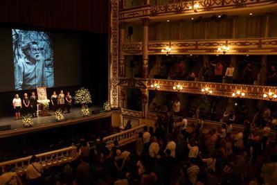 EUM20190905CUL12  EUM20190905CUL12.JPG OAXACA, Oax. Death/Deceso-Toledo.- 6 de septiembre de 2019. Alejandra Frausto, secretaria de Cultura, y Alejandro Murat, gobernador de Oaxaca, encabezan la guardia de honor en el Teatro Macedonio Alcalá en honor al artista Francisco Toledo, fallecido el jueves a los 79 años. Foto: Agencia EL UNIVERSAL/EELG