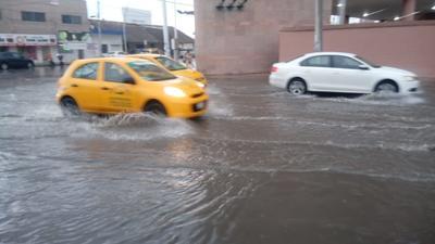 La calzada José Vasconcelos y Paseo del Tecnológico acumularon una gran cantidad de agua provocando que el tráfico por la zona fuera lento.