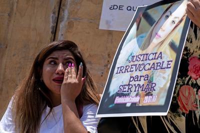 Mujeres participan en la Marcha del silencio para exigir justicia por los feminicidios ocurridos en distintas entidades del país.