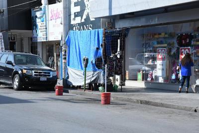 Algunos locales comerciales faltan a las leyes de tránsito y vialidad apartando lugares para los automóviles de empleados y clientes.