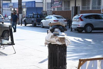 Algunos lugares para el depósito de la basura se ven superados de su capacidad, sin que los encargados de su recolección realicen las labores respectivas.