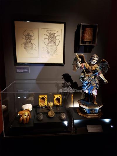 Destacan la escultura homenaje a H. P. Lovecraft, además de piezas de José Clemente Orozco, José Guadalupe Posada y Manuel Manilla alusivas al tema.