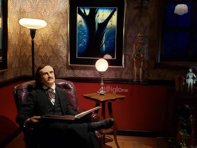 """También se encuentra una selección de obras originales de """"concept art"""" de sus películas, así como obras de Julio Ruelas y Paul Julian."""