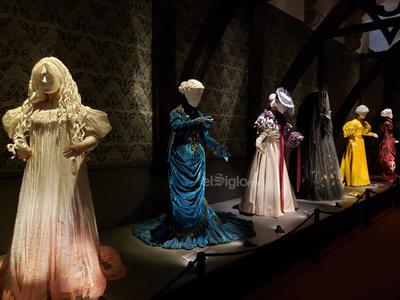 Esta sala lleva al espectador a la atmósfera de este periodo. Cuadros de Arthur Rackham se mezclan con piezas de utilería y vestuarios de la película La cumbre escarlata y una pieza homenaje al escritor inglés Charles Dickens. Destacan el cuadro de Lady Beatrice Sharpe que se usó en la película y los vestuarios de los protagonistas.