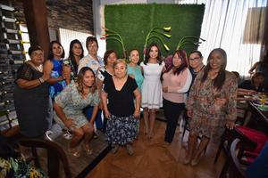 07092019 La novia con algunas de las invitadas a su prenupcial.
