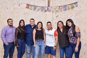 07092019 RECIBE FELICITACIONES.  Víctor César Cedillo acompañado de Israel, Laura, Luis, Marifer, Lizeth y Vianey.