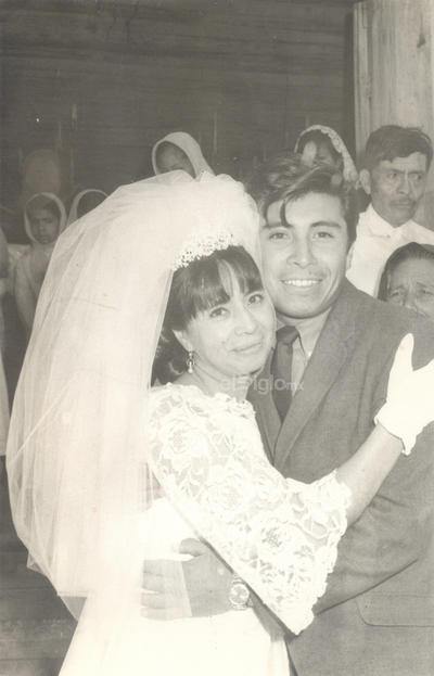 Gloria Rodríguez Guevara el día de su boda acompañada de su hermano José Rodríguez Guevara en 1970.