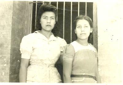 Emma y Juanita foto tomada en la escuela Antigua del Ejido Lúján, Dgo., en 1947.