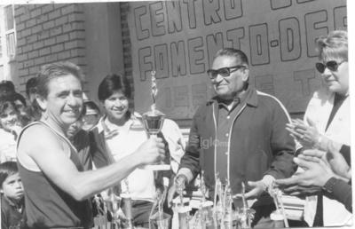 Entrega de trofeos en 1985 a Guillermo Plata.