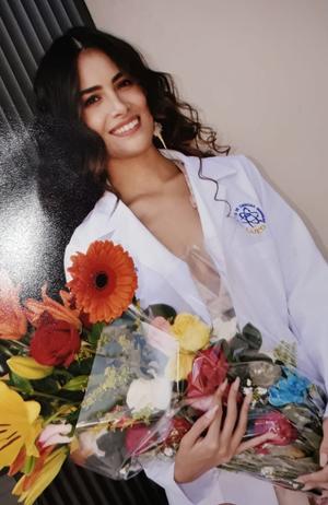 08092019 ORGULLOSA PROFESIONISTA.  Andrea Elizabeth Nájera Armijo en su graduación como Químico Farmacobiólogo. Se encuentra recibiendo felicitaciones de sus seres queridos.