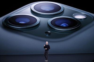 El iPhone 11 Pro, por su parte, tiene una triple cámara trasera.