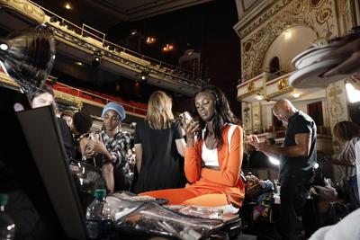 La sala en la que se forjaron leyendas desde Aretha Franklin hasta Billie Holliday fue testigo de una animada fiesta en la que un coro cantó y bailó temas de la época, entre ellos Move on Up de Curtis Mayfield, con el que se despidieron Hilfiger y Zendaya juntos y entre aplausos.