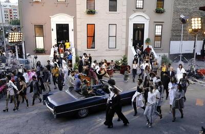 La colección TommyXZendaya recuperó el glamur de los años 70 con tejidos y formas ligeramente conocidos, pero modernizados, como el clásico traje de chaqueta y pantalón de campana, los estampados de cuadros, rayas, puntos y animales; y los brillos, el terciopelo y la piel.