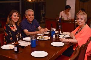 11092019 EN SU RESTAURANTE FAVORITO.  Laura, Arturo y Laura.
