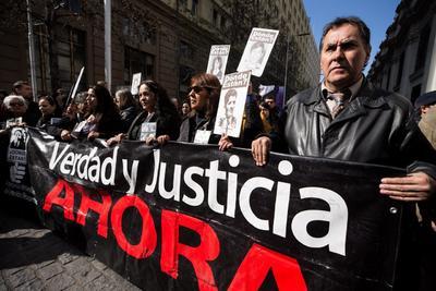 Miembros de la Agrupación de Familiares de Detenidos Desaparecidos durante la dictadura militar de Augusto Pinochet (1973-1990).