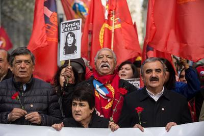 Simpatizantes del Partido Comunista de Chile participan este miércoles durante uno de los actos en memoria del expresidente de Chile Salvador Allende.