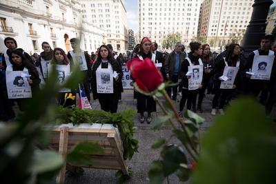 Un grupo de jóvenes realiza una presentación frente a la estatua en memoria por el expresidente de Chile, Salvador Allende, este miércoles durante uno de los actos en memoria del expresidente, en conmemoración por el 46º aniversario del golpe de Estado que dio inicio a la dictadura militar de Augusto Pinochet (1973-1990), en Santiago (Chile).