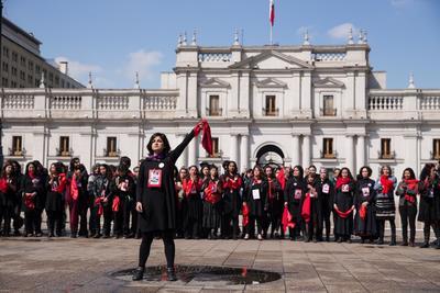 Un grupo de personas realiza una presentación frente a la estatua en memoria por el expresidente de Chile, Salvador Allende.