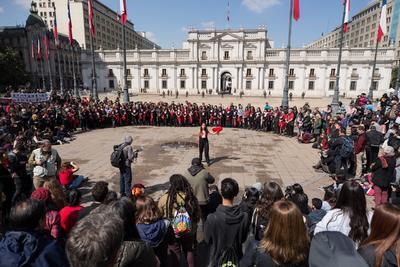 Un grupo de personas realiza una presentación frente al Palacio de la Moneda, este miércoles durante uno de los actos en memoria del expresidente Salvador Allende, en conmemoración por el 46º aniversario del golpe de Estado que dio inicio a la dictadura militar de Augusto Pinochet (1973-1990), en Santiago (Chile).