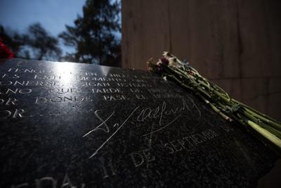 Detalle de la tumba del expresidente de Chile Salvador Allende este miércoles durante uno de los actos en memoria del expresidente, en conmemoración por el 46º aniversario del golpe de Estado que dio inicio a la dictadura militar de Augusto Pinochet (1973-1990), en el Cementerio General de Santiago (Chile).