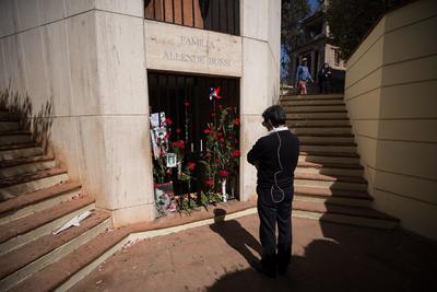Un hombre visita este miércoles la tumba del expresidente de Chile, Salvador Allende, durante la conmemoración por el 46º aniversario del golpe de Estado que dio inicio a la dictadura militar de Augusto Pinochet (1973-1990), en el Cementerio General de Santiago (Chile).