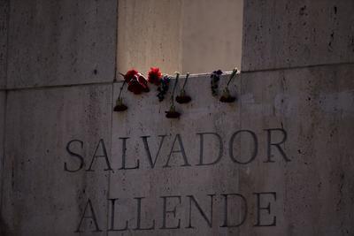 Vista de la tumba del expresidente de Chile, Salvador Allende, este miércoles durante la conmemoración por el 46º aniversario del golpe de Estado que dio inicio a la dictadura militar de Augusto Pinochet (1973-1990), en el Cementerio General de Santiago (Chile).