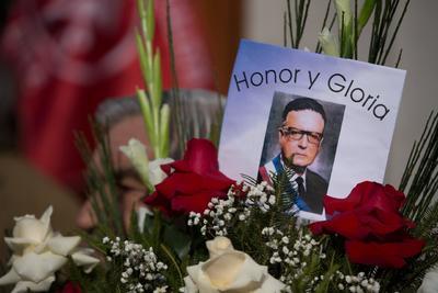 Un hombre porta este miércoles una corona floral en uno de los actos en memoria del expresidente de Chile Salvador Allende, en conmemoración por el 46º aniversario del golpe de Estado de Augusto Pinochet, con el que se dio inicio a la dictadura militar del país austral entre 1973 y 1990, en Santiago (Chile).