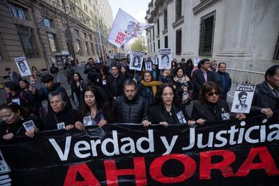 Miembros de la Agrupación de Familiares de Detenidos Desaparecidos durante la dictadura militar de Augusto Pinochet (1973-1990) participan este miércoles durante uno de los actos en memoria del expresidente de Chile Salvador Allende, en conmemoración por el 46º aniversario del golpe de Estado que dio inicio a la dictadura.