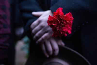 Detalle de una flor roja, símbolo de duelo, este miércoles durante uno de los actos en memoria del expresidente de Chile Salvador Allende, en conmemoración por el 46º aniversario del golpe de Estado que dio inicio a la dictadura militar de Augusto Pinochet, en Santiago (Chile).
