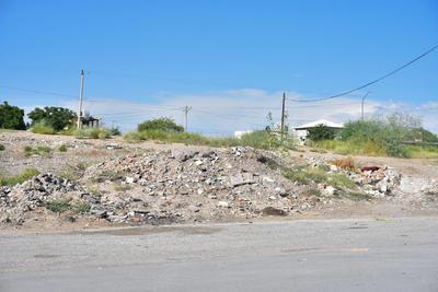 Queja. Los vecinos de la colonia Palmas San Isidro de Torreón denunciaron que son los carromateros y algunos vecinos quienes dejan escombro y basura en los predios.