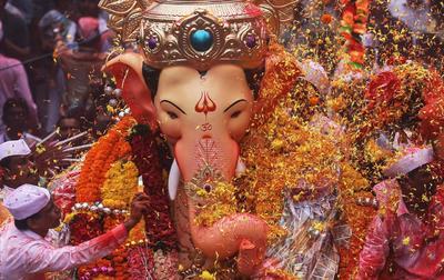 Los ídolos de la deidad hindú son adorados.