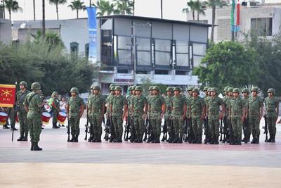 El Ejército Mexicano les rindió homenaje a través de disparos de salva, izamiento de bandera monumental y entonación del Himno Nacional.
