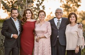 13092019 MEDIO SIGLO DE AMOR.  Julio I. Enríquez del Río y Alejandra Martínez de Enríquez en compañía de sus hijos.