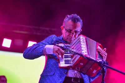 La velada continuó con Cumbia para gozar, Mi niña mujer y La cumbia del acordeón, melodías que pusieron a bailar a hombres y mujeres.