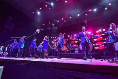 Siendo las 22:45 horas el momento esperado por la audiencia llegó. Los cantantes y músicos se apoderaron del entarimado. Los espectadores recibieron a sus ídolos como reyes.