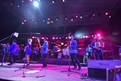 Ante una gran afluencia ya de personas, Elidian comenzó el espectáculo. Elías y Diana, hijos de Elías Mejía, presentaron un show lleno de luces y canciones.