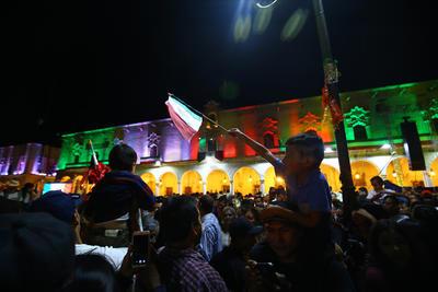 Durante la tarde del domingo la gente comenzó a llegar a la plaza para disfrutar, del grupo musical, Los Huracanes del Norte.