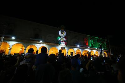 Previo a la ceremonia, Aispuro Torres saludó a las familias que se concentraban frente al recinto que ahora alberga el Museo Gral. Francisco Villa.