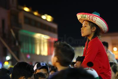 La ciudadanía participó en el acto desde la Plaza IV Centenario.