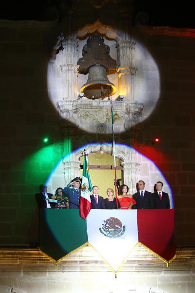 El gobernador contó con la presencia de personalidades políticas en el balcón.