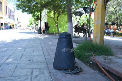 Fuera de sitio. Los bolardos del lugar ya no cumplen su función, pues ya no se encuentran debidamente instalados alrededor del Paseo Francisco Sarabia, de Lerdo.