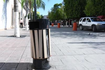 Deteriorado. Los contenedores de basura en mal estado son una constante a lo largo del recorrido. Mientras tanto, al fondo, en la vialidad que va de Allende a Hidalgo los vehículos faltan a la indicación de no estacionarse frente al palacio municipal.