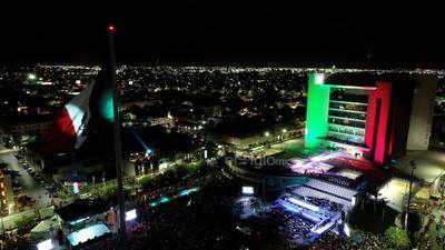 Miles de torreonenses acudieron a la Plaza Mayor.