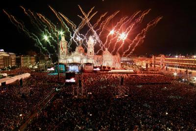 A la presencia de López Obrador en el balcón presidencial le antecedió un prolongado festejo cultural de siete horas en el que participaron grupos de bailarines y danzantes, músicos de los 32 estados del país, desde el primero, que fue Quintana Roo, hasta Guanajuato, que cerró la noche.
