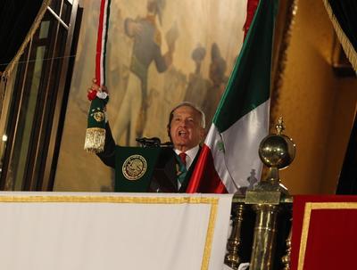 Al balcón presidencial, López Obrador salió solo con la banda presidencial -su esposa se quedó dentro del salón- atravesada en su pecho, un distintivo que solo utiliza en este tipo de ceremonias, así como la presentación de las cartas credenciales de embajadores de otros países.